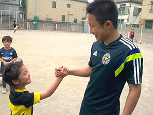 サッカーを楽しみ、学ぶ